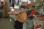 Девочка с арбузами на Ошском рынке, архивное фото