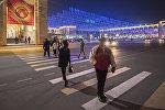 Люди на площади Ала-Тоо переходят дорогу в центре Бишкека, архивное фото