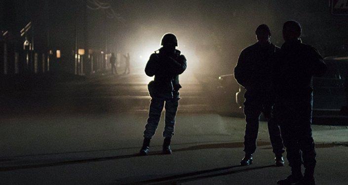 Сотрудники правоохранительных органов во время спецоперации, архивное фото