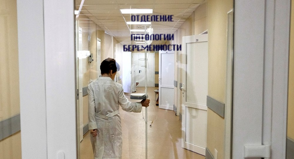 Врач роддома идет по коридору отделения патологии беременности, архивное фото