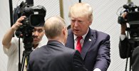Президент РФ Владимир Путин и президент США Дональд Трамп (справа), архивное фото