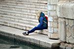 Девушка на ступеньках, иллюстративное фото