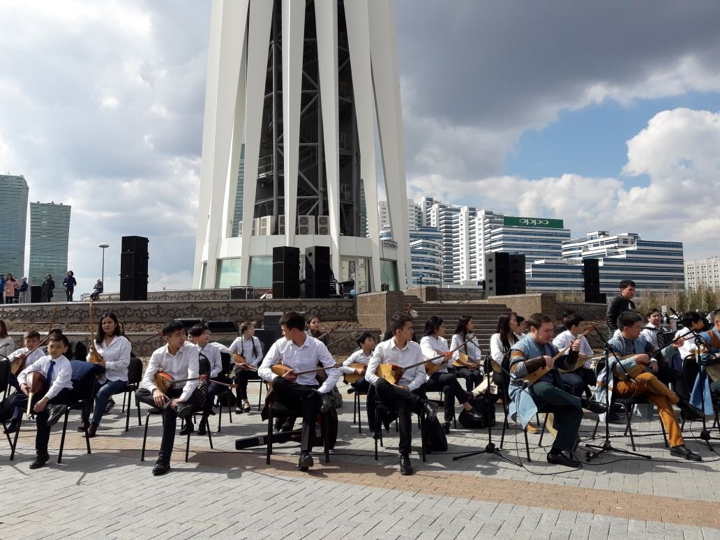 Масштабный домбра-флешмоб Музыка великой степи прошел в столице в День единства народа Казахстана