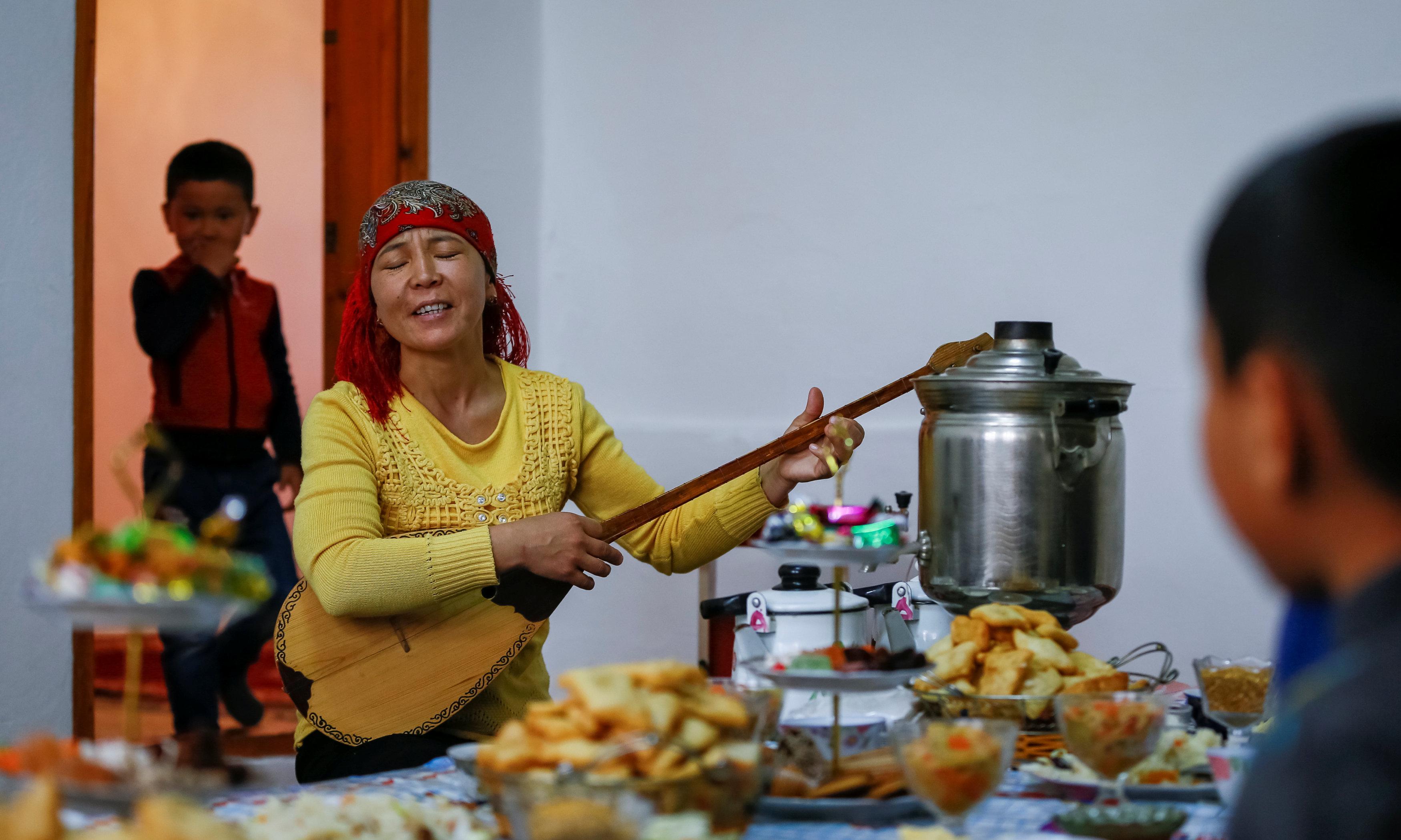 Жительница села Боген (близ Аральского моря) играет на домбре