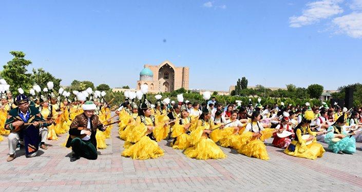 Во всех районах и городах Туркестанской области одновременно прошел флешмоб домбристов