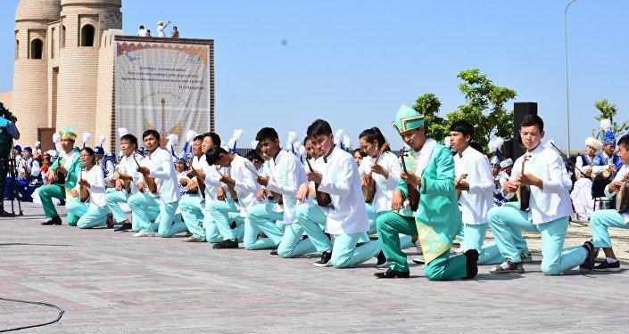 Более 3000 домбристов сыграли кюи Сарыарқа, Балбырауын и Көңілашар