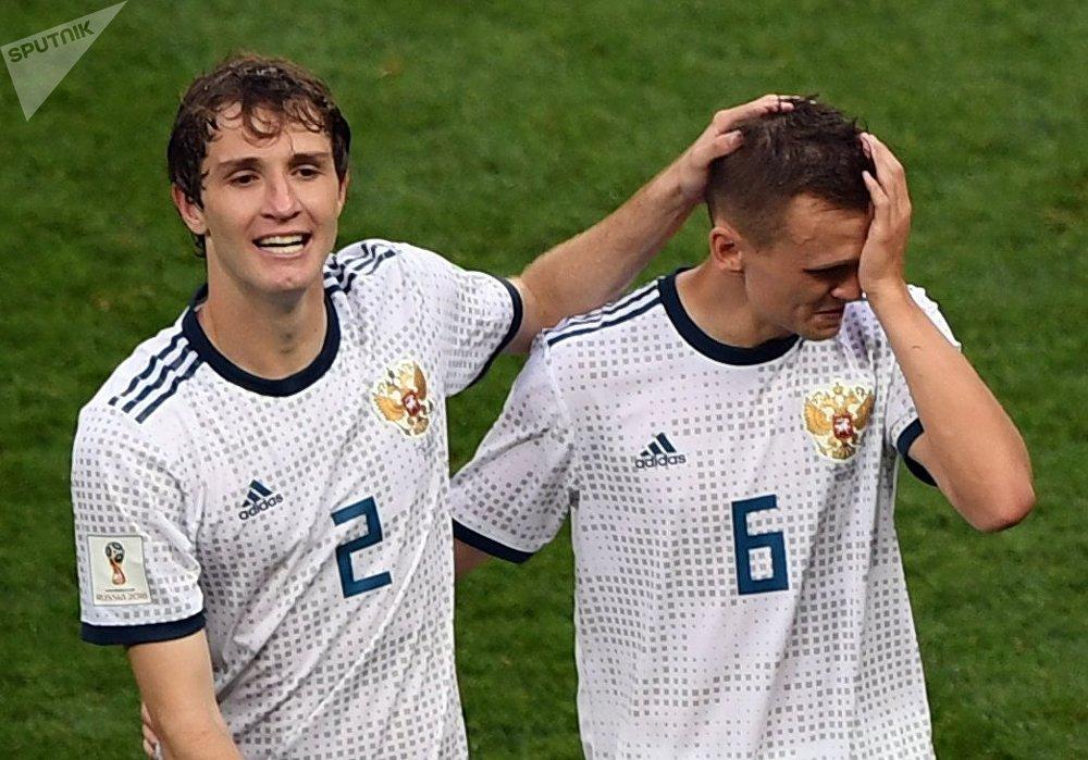Марио Фернандес и Денис Черышев радуются победе после матча между сборными Испании и России