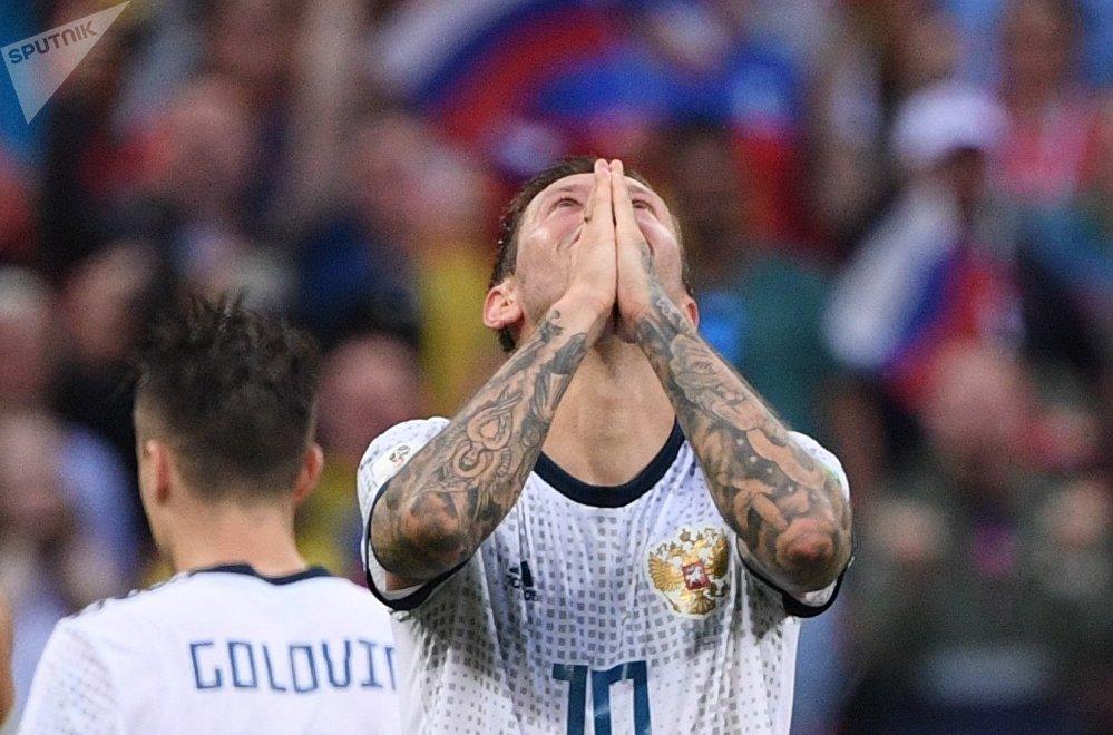 Александр Головин и Федор Смолов во время пенальти в матче Испания – Россия