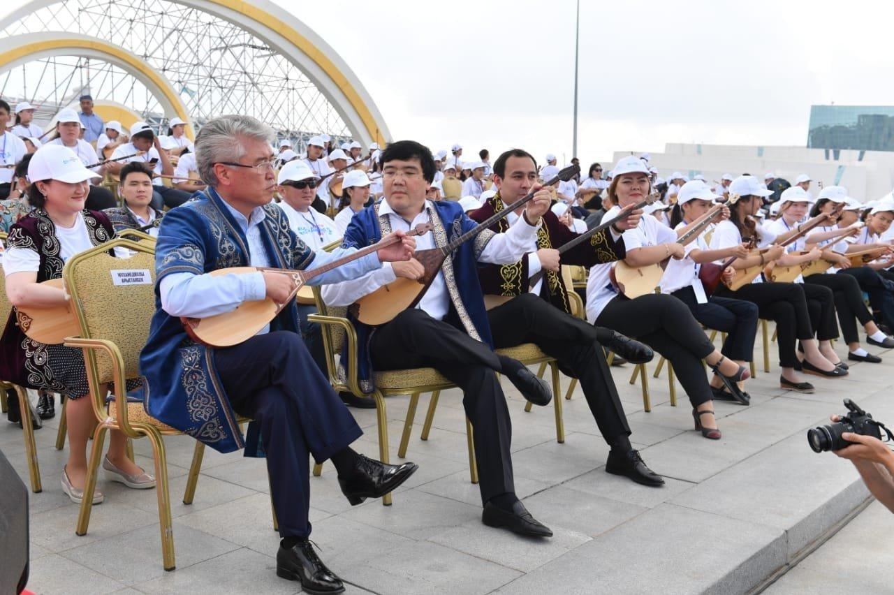 Арыстанбек Мұхамедиұлы домбырамен халық күйін орындап берді