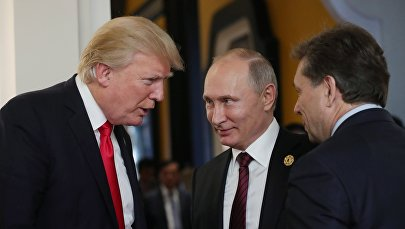 Президент РФ Владимир Путин и президент США Дональд Трамп (слева), архивное фото