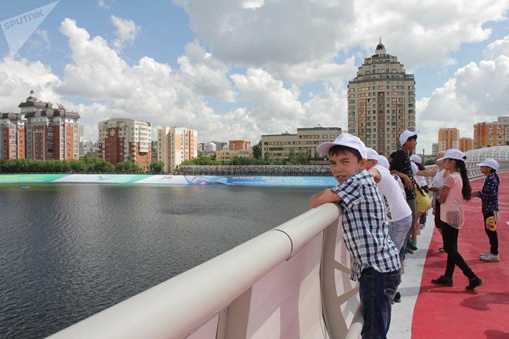 Пешеходный мост через реку Есиль в Астане
