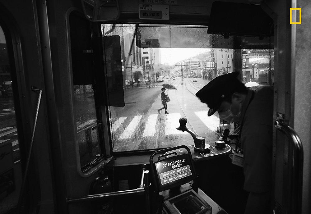 В номинации Города победил Хиро Кирашина (Hiro Kurashina) с работой Еще один дождливый день в Нагасаки