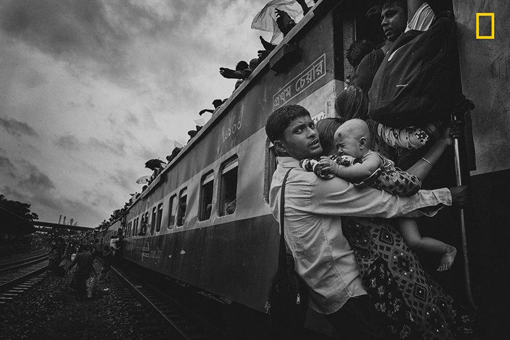Третье место осталось за Танвеером Хасаном Роханом. Его работа Преодолевая в путешествии рассказала зрителям о жителях Дакки, которые отправляются в свои деревни, чтобы провести время с семьями во время выходных.