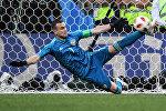 Вратарь Игорь Акинфеев (Россия) отбивает мяч в матче 1/8 финала чемпионата мира по футболу между сборными Испании и России