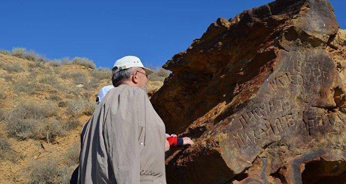 Түркістан облысында көне дәуірлердегі таңбалы тастар табылды