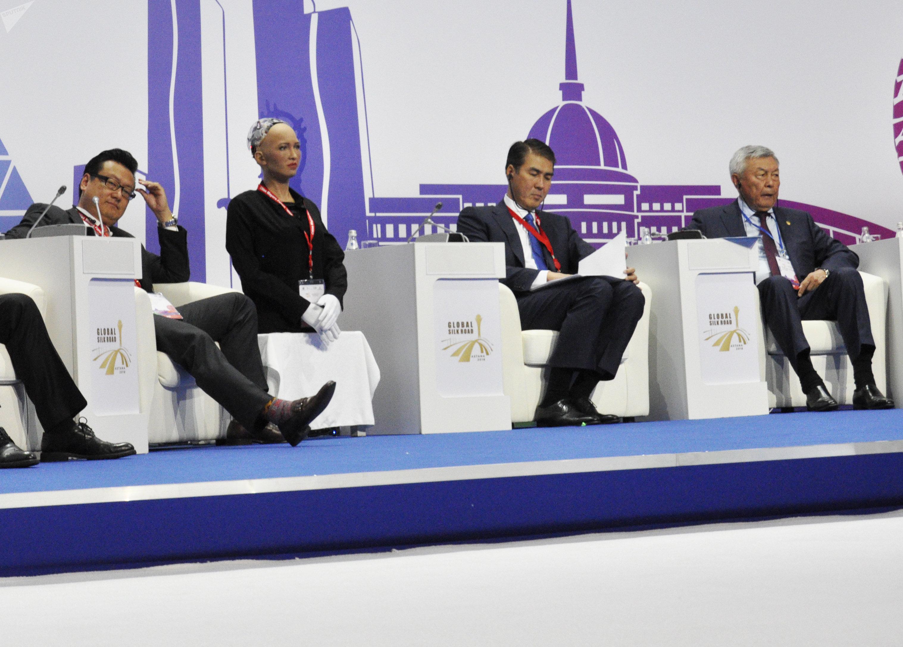 Киборг-гиноид София на форуме мэров городов стран Шелкового пути
