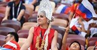 Болельщица сборной России перед матчем, архивное фото