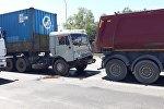 Три длинномера столкнулись на Капчагайской трассе