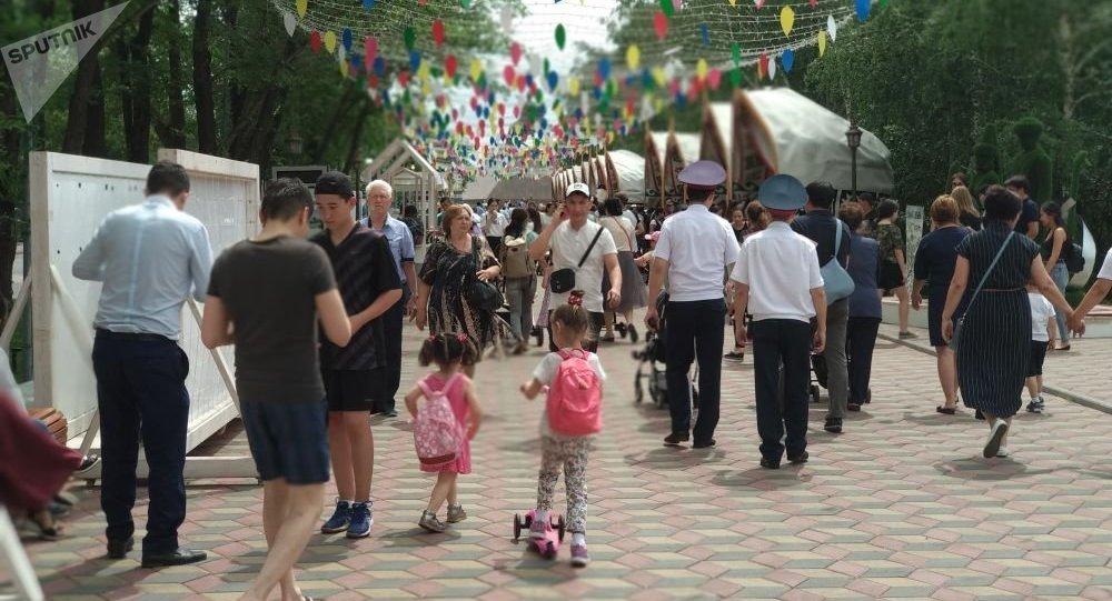 Люди гуляют на столичном Арбате в День столицы