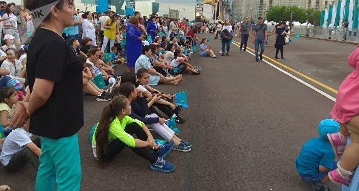 Зрители перед праздничным концертом