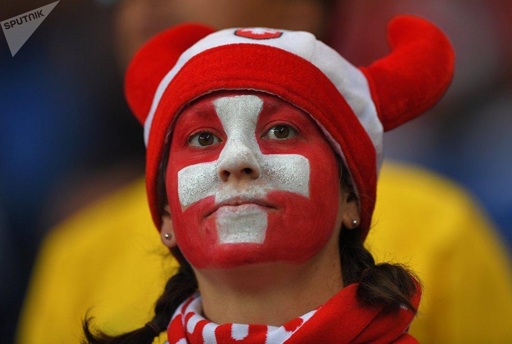 Болельщица перед матчем между сборными Бразилии и Швейцарии