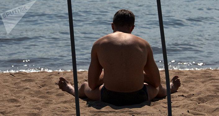 Мужчина на пляже, архивное фото