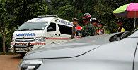 Автомобиль скорой помощи рядом с дорогой, ведущей к затопленной пещере