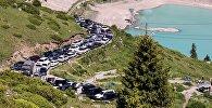 Припаркованные у озера автомобили