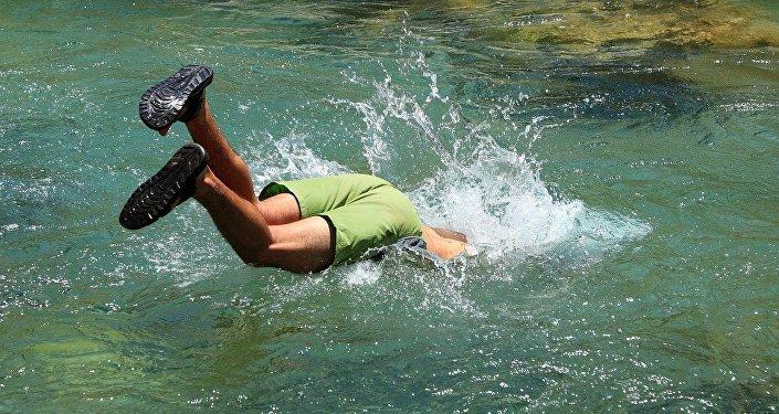 Подросток ныряет в воду, архивное фото