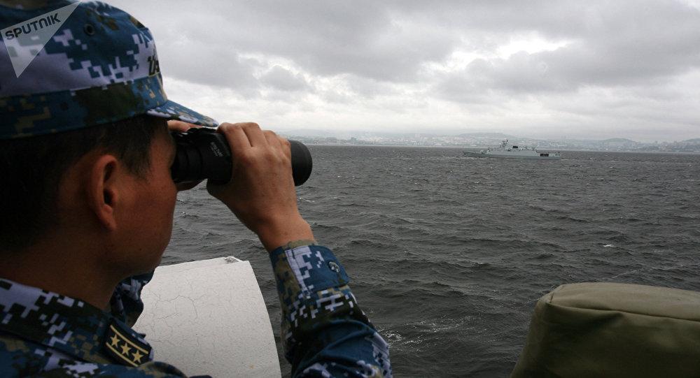 Военнослужащий смотрит в бинокль