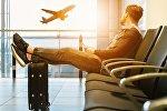 Мужчина в аэропорту, архивное фото