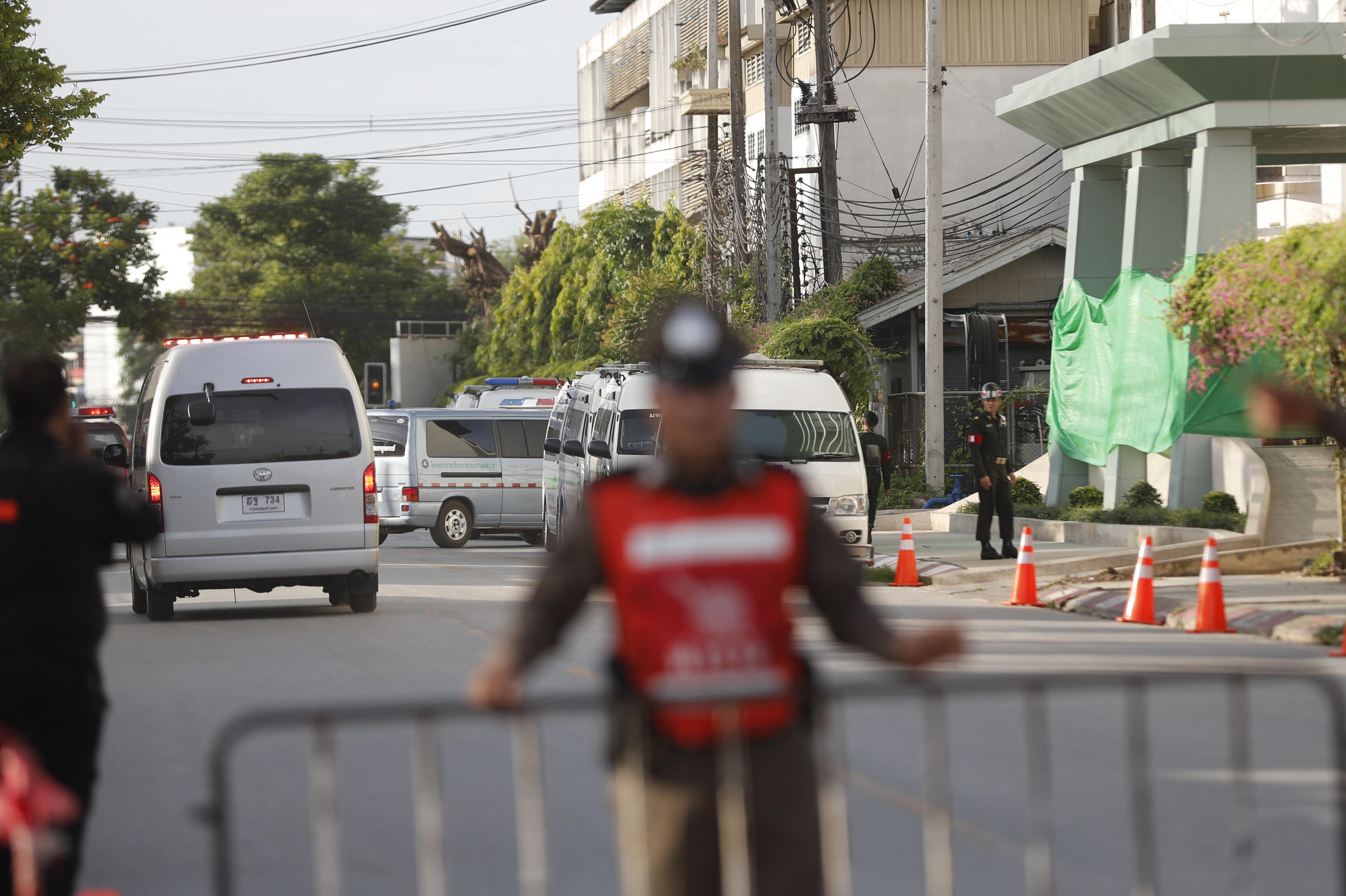 Полицейское оцепление вблизи госпиталя, куда доставляют пострадавших детей