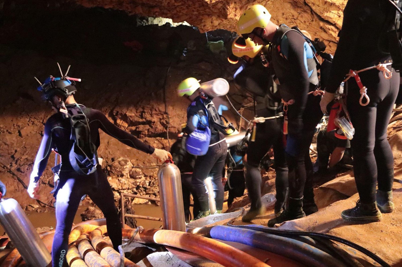 Спасатели внутри затопленной пещеры