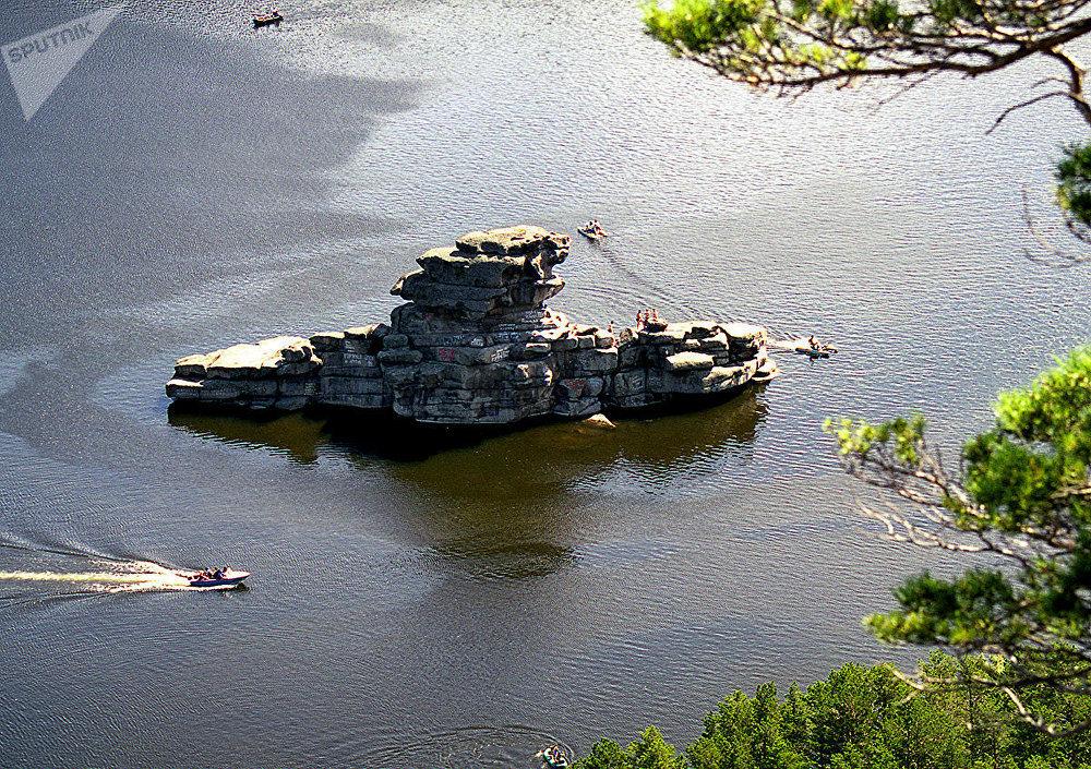 Скала Жумбактас, озеро Боровое (Акмолинская область)