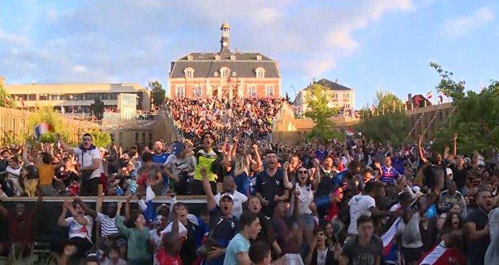 Как французские болельщики праздновали победу над сборной Бельгии