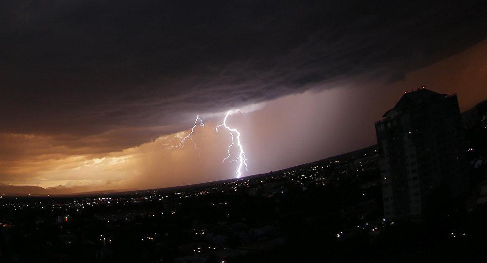Архивное фото молнии во время грозы