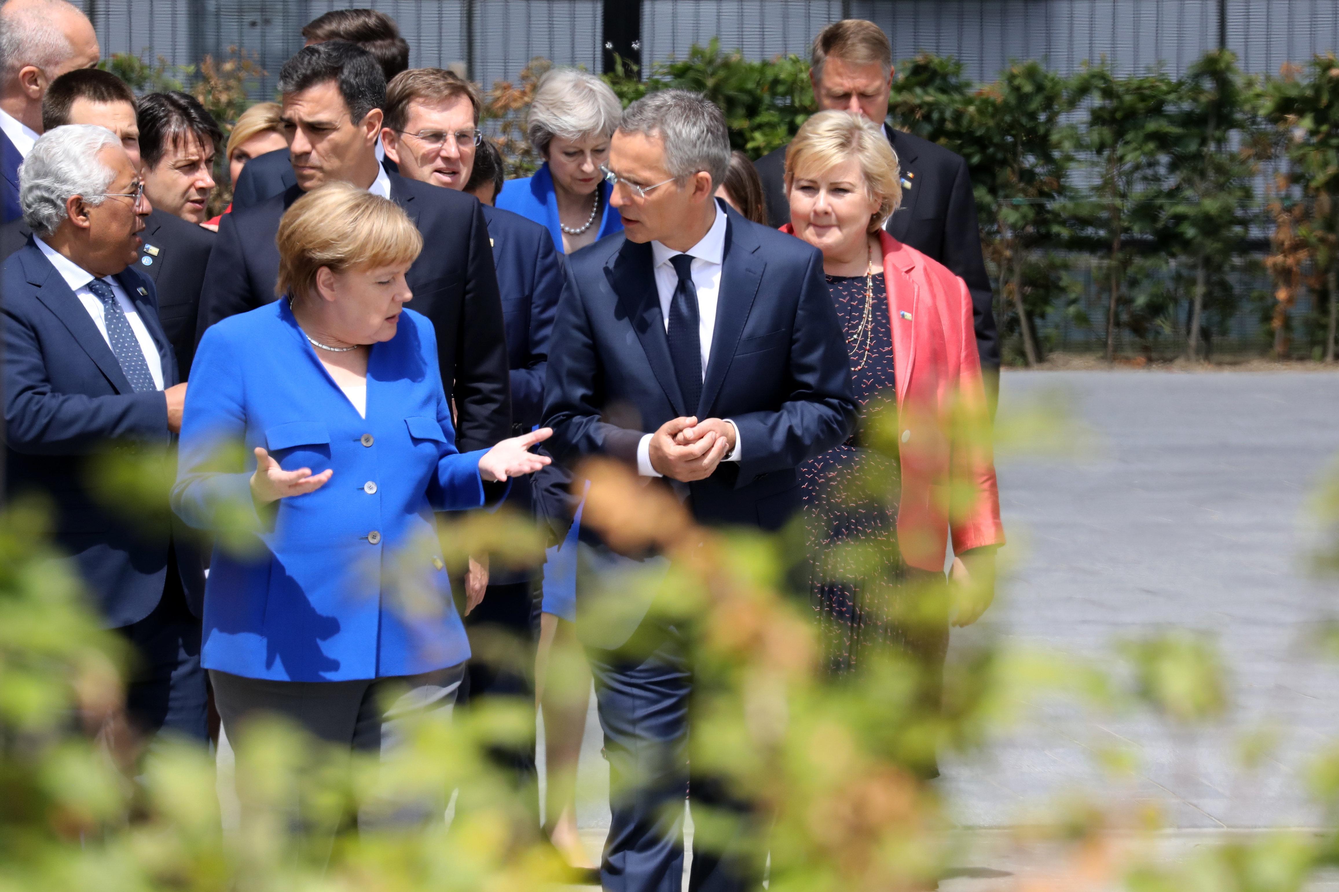 Канцлер Германии Ангела Меркель и генеральный секретарь НАТО Йенсом Столтенбергом перед церемонией открытия саммита НАТО