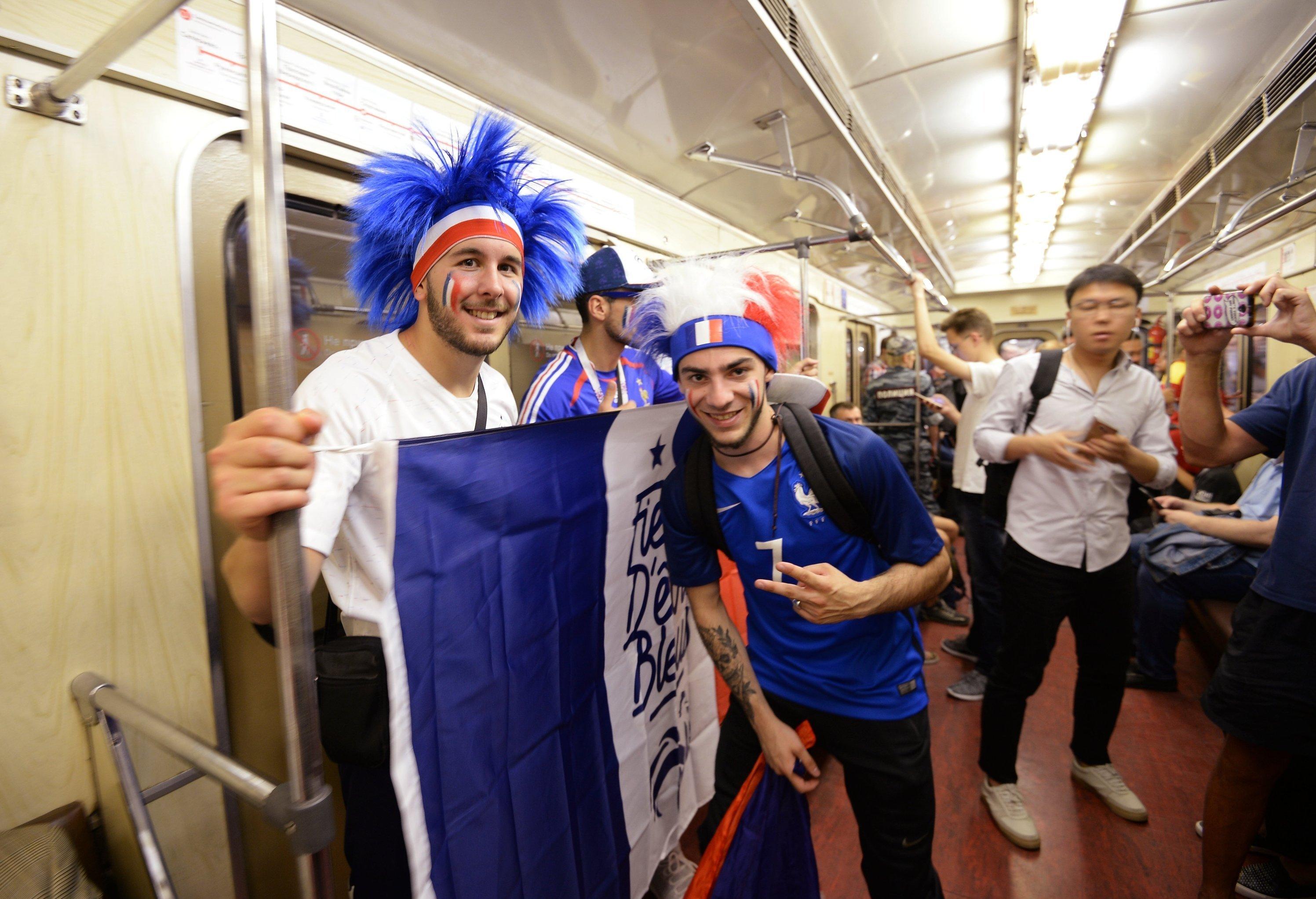 Болельщики сборной Франции в вагоне московского метро