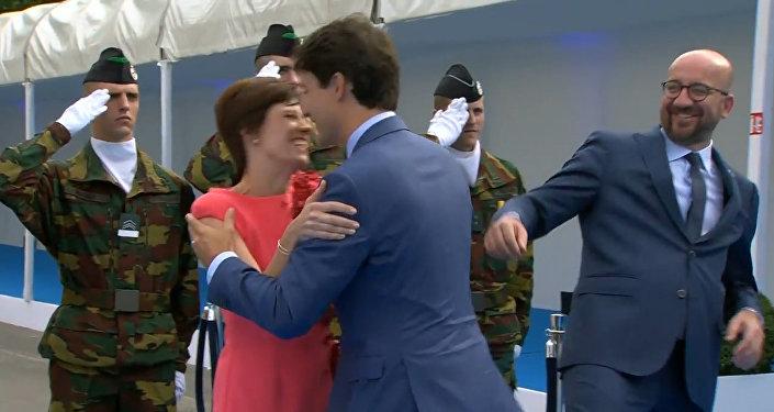 Трюдо не заметил премьер-министра Бельгии во время приветствия жены