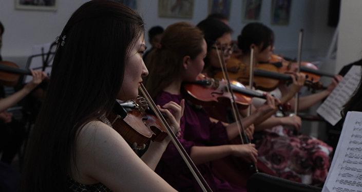 Концерт камерного оркестра казахского музыкально-драматического театра в российском центре науки и культуры в Астане
