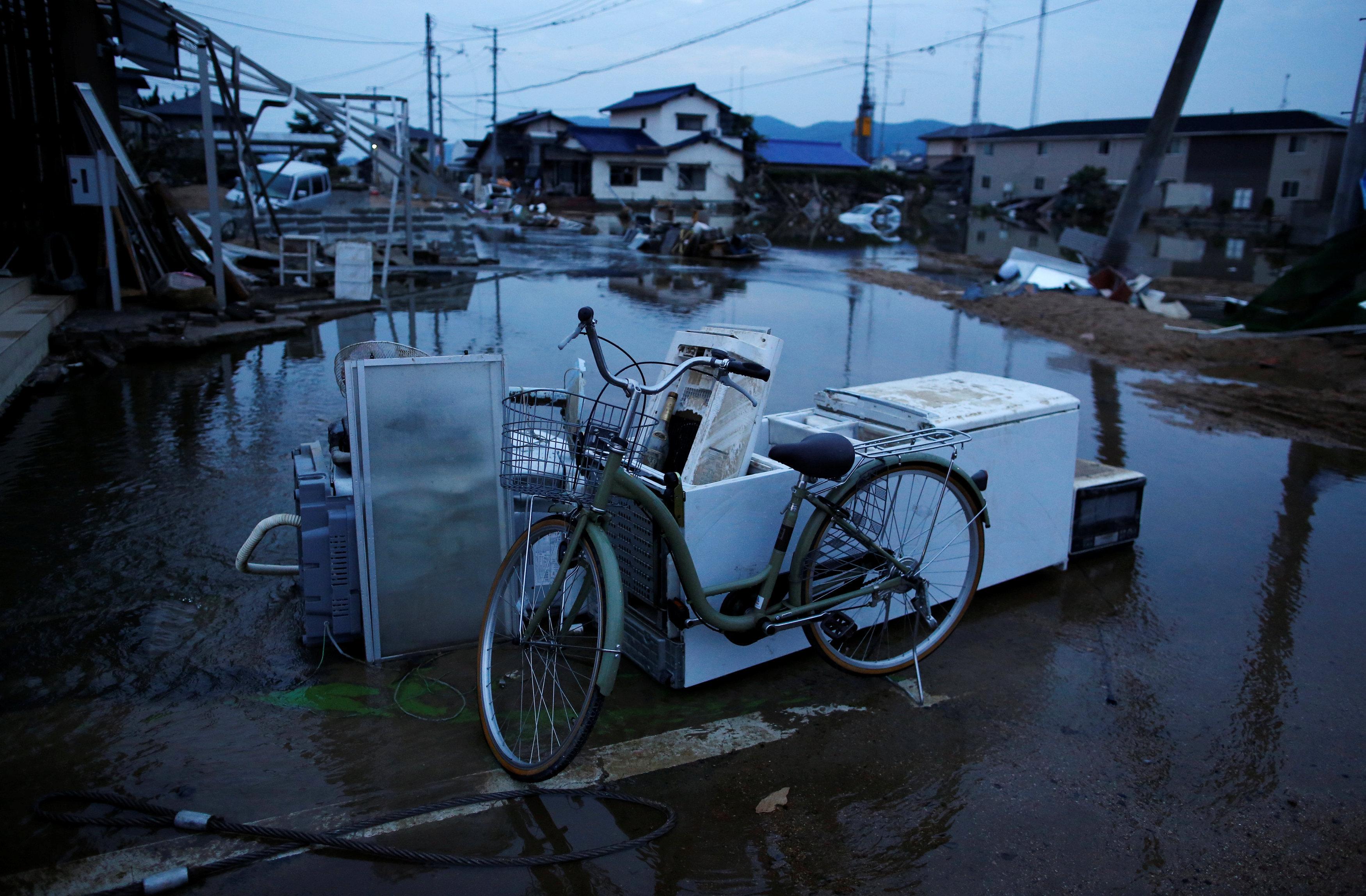 Затопленные и полуразрушенные дома в Курасики, город в Японии в префектуре Окаяма
