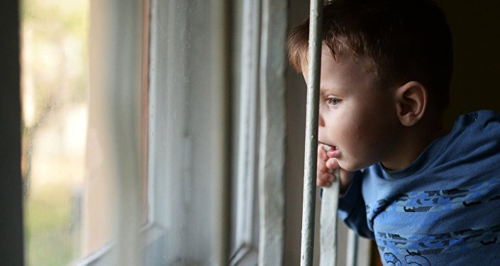 Ребенок смотрит в окно, архивное фото