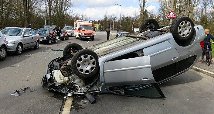 Перевернувшийся автомобиль на дороге, иллюстративное фото