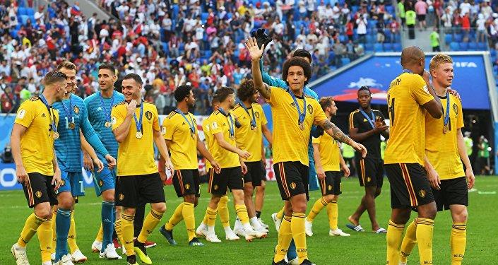 Игроки сборной Бельгии приветствуют болельщиков на церемонии награждения бронзовыми медалями чемпиона мира по футболу 2018