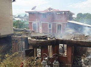 Пожар в частном жилом доме с переходом огня на две хозпостройки