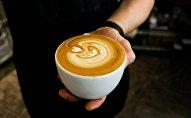 Бариста с чашкой кофе, иллюстративное фото
