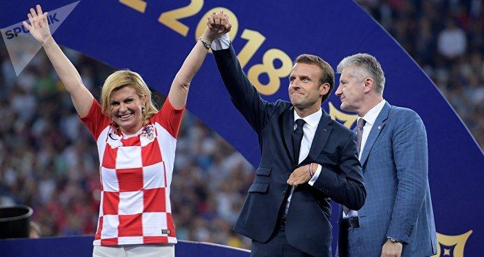 Президент Хорватии Колинда Грабар-Китарович и президент Франции Эммануэль Макрон на церемонии награждения победителей чемпионата мира по футболу 2018