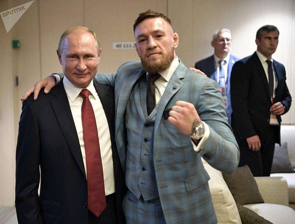 Президент РФ Владимир Путин и ирландский боец без правил Конор Макгрегор (справа) в перерыве финального матча чемпионата мира по футболу