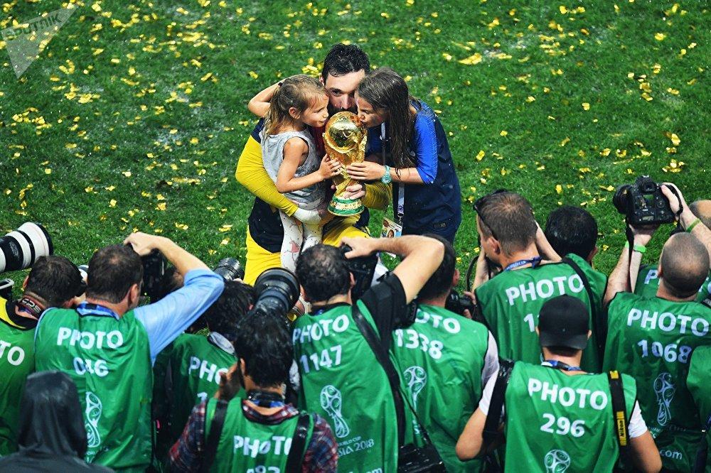Вратарь Уго Льорис на церемонии награждения победителей