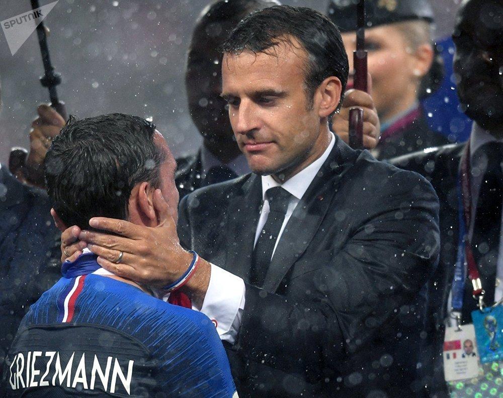 Президент Франции Эммануэль Макрон на церемонии награждения победителей чемпионата мира по футболу